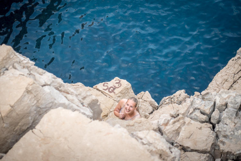Manouk kijkt omhoog langs de rotsen bij Odysseus Cave op Mljet