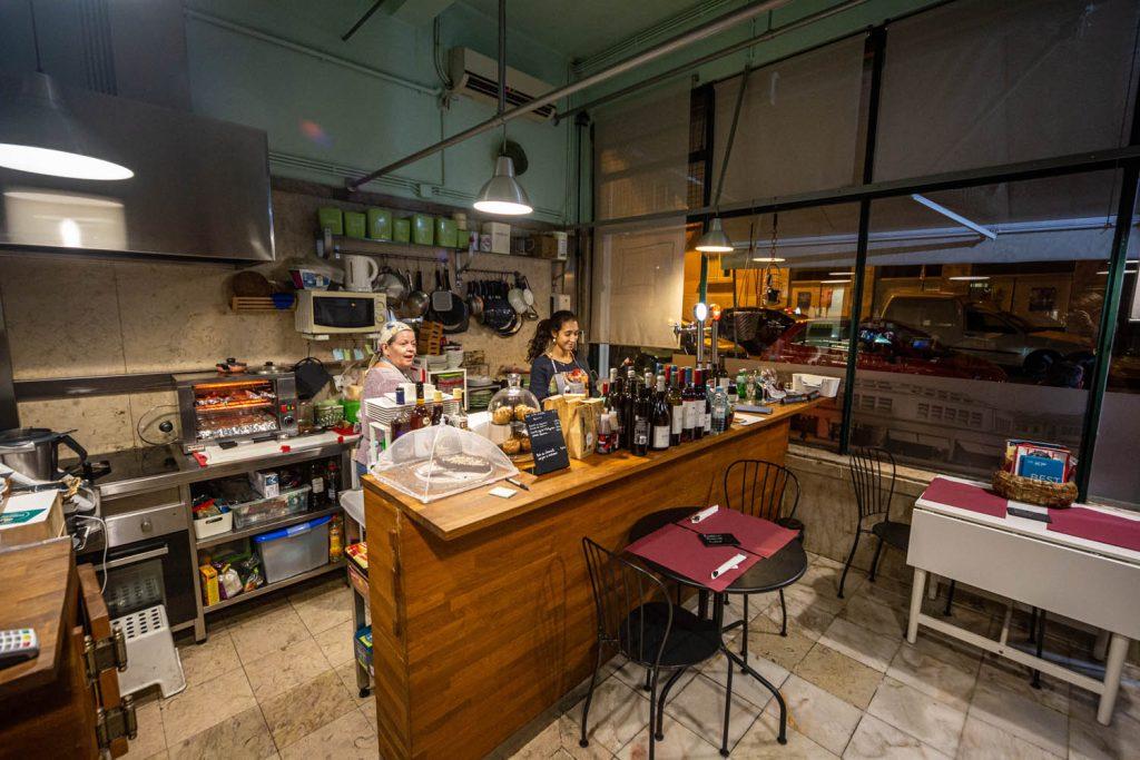 Uit eten in Lissabon bij Há Tapas no Mercado: de bar binnen