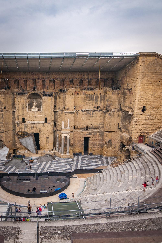 Het toneel van het antieke Romeinse theater van Orange met grijze wolkenlucht