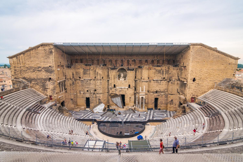 Het indrukwekkende Romeinse theater van Orange in Frankrijk met de tribunes en het toneel.