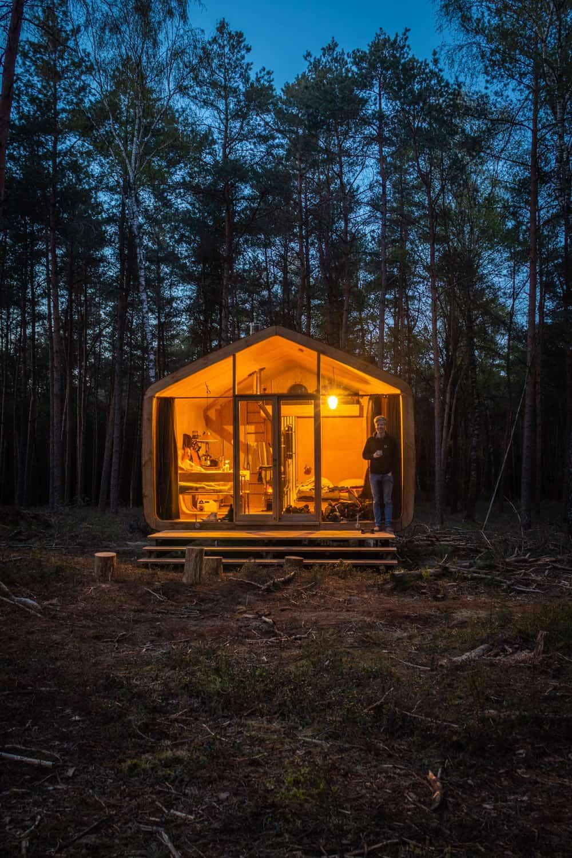 Verlichte Cabiner in een donkere nacht in het bos