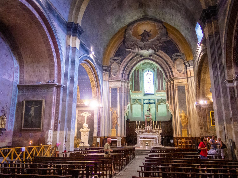 Interieur en altaar van de kathedraal in Orange in Frankrijk