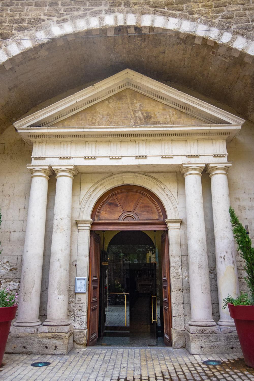 Buitendeur in een poort van de kathedraal van Orange in Frankrijk