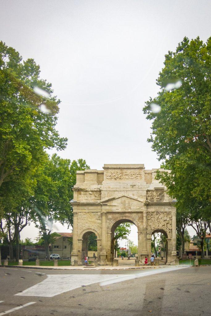 De Arc de Triomphe van Orange langs de weg tussen de bomen