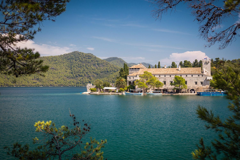 Het eiland Svrti Marija in het meer Veliko Jezero in Mljet National Park