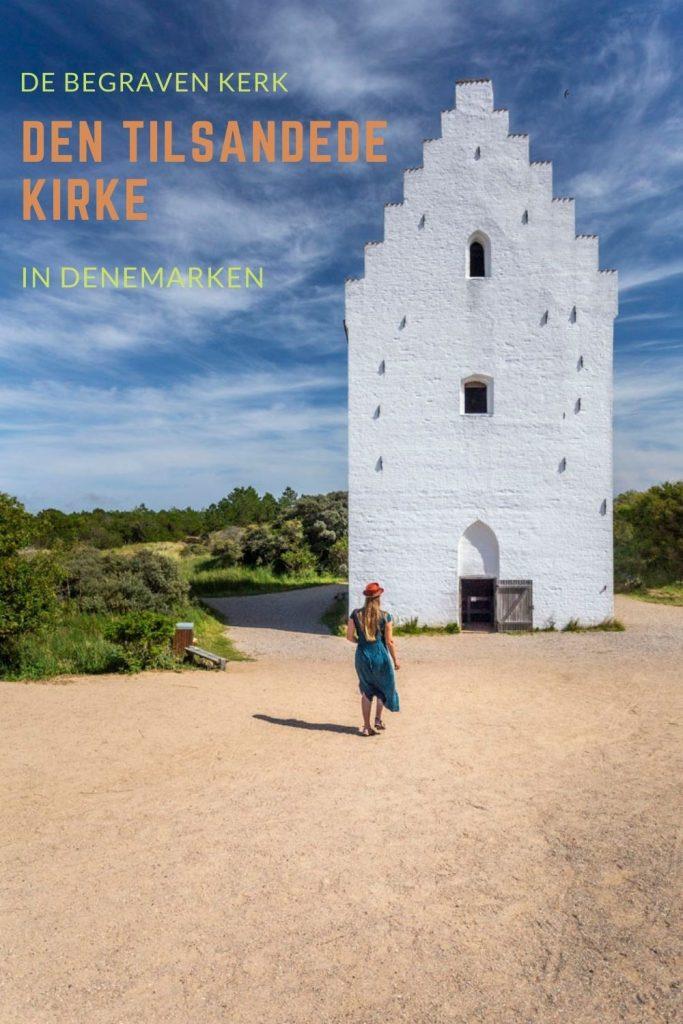 Pinterestafbeelding: Manouk loopt voor den tilsandede kirke bij Skagen in Denemarken