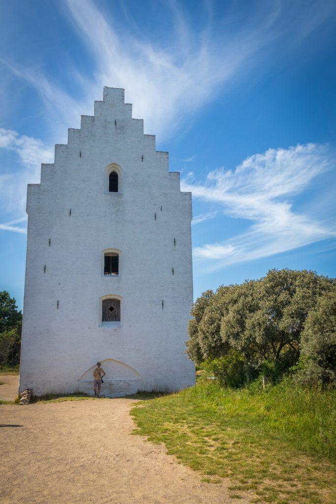 Hugo voor het begraven kerkje Tilsandede Kirke bij Skagen om te laten zien hoe ver hij onder het zand ligt