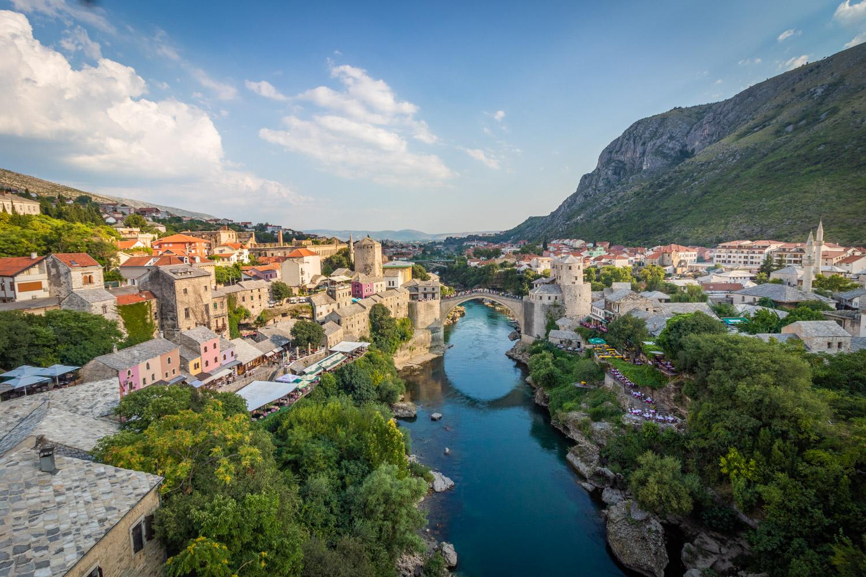 Uitzicht over Mostar en de brug gezien vanaf de toren van de moskee