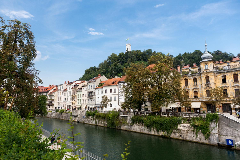 Witte huizen langs de rivier in Ljubljana