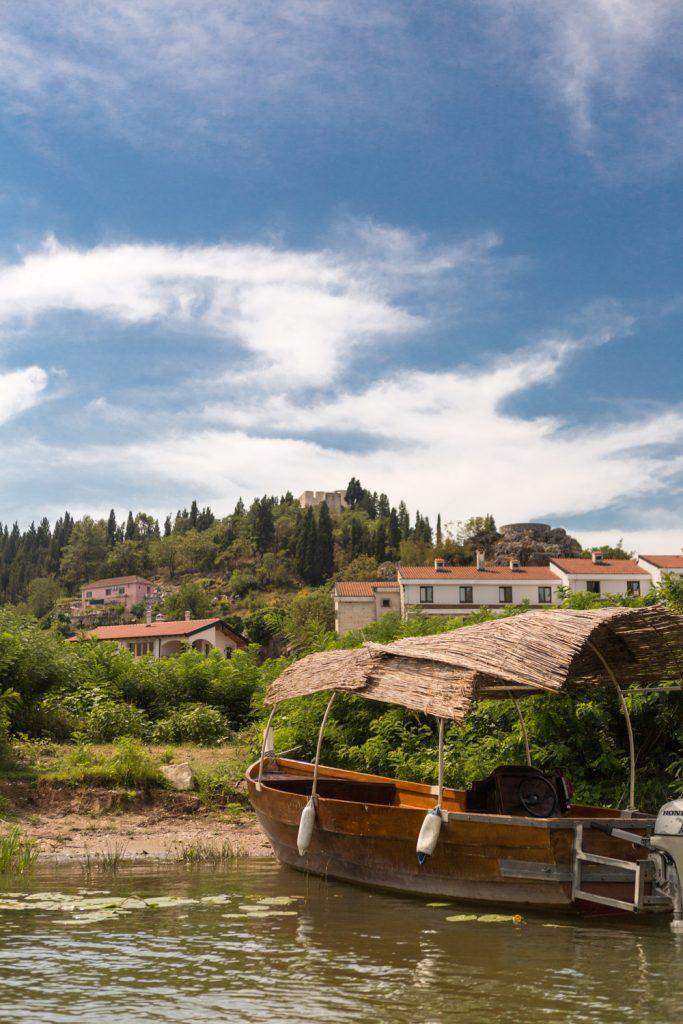 Houten bootje met rieten dak in de rivier Crmnica bij Virpazar