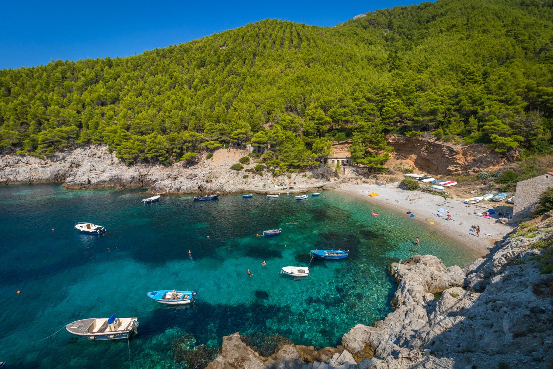 Paradijselijk blauw water aan het strand Uvala Sutmiholjska op het eiland Mljet tijdens een roadtrip Kroatië