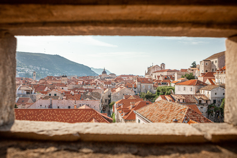 Doorkijkje over het oude centrum van Dubrovnik: perfecte stop voor een autovakantie Kroatië