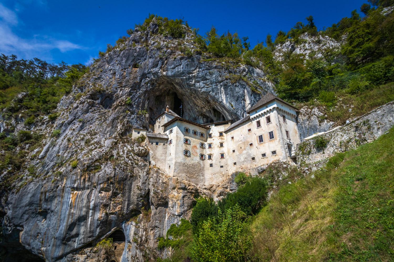 Kasteel van Predjama in de rots in Slovenie