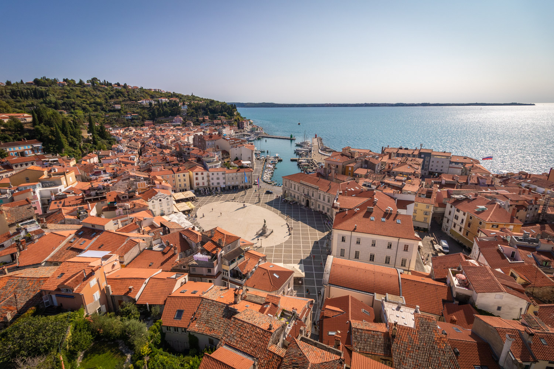 Uitzicht vanuit de klokkentoren over het plein en de zee van Piran in Slovenië