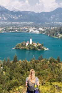 Manouk kijkt uit over het meer van Bled met het eilandje in het midden