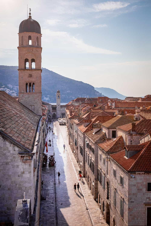 Uitzicht vanaf de stadsmuren over Stradun in Dubrovnik
