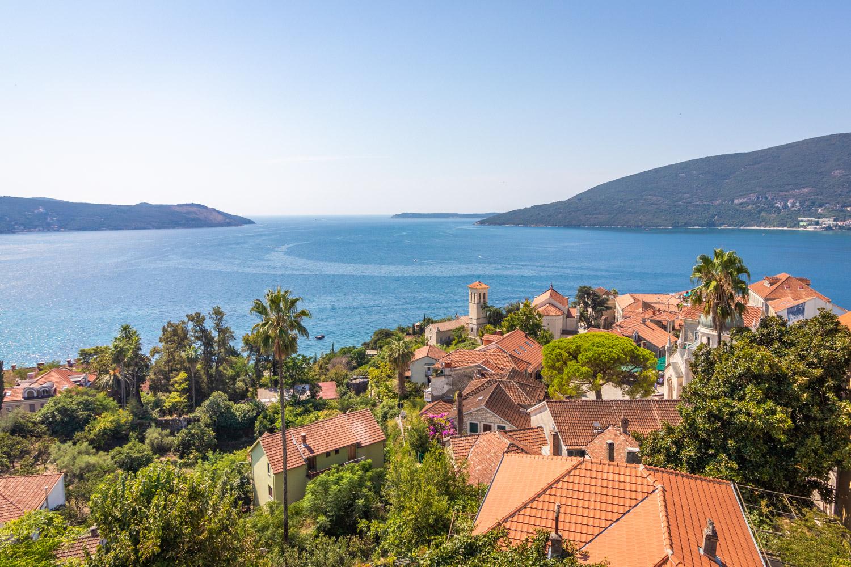 Uizicht over de baai van Kotor vanaf het fort in Herceg Novi in Montenegro