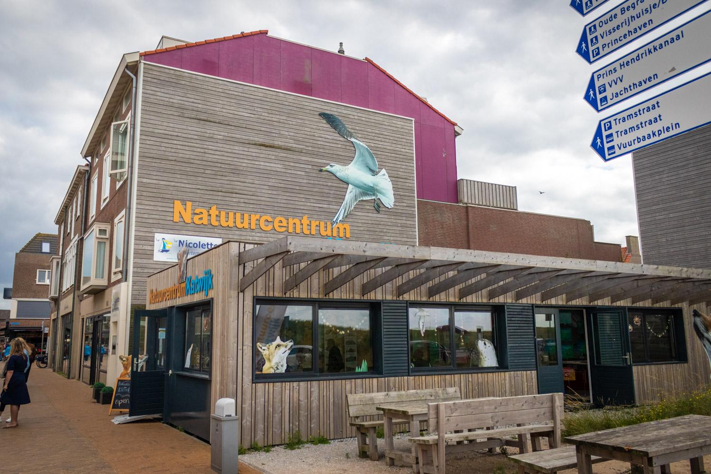 De buitenzijde van Natuurcentrum Katwijk tegen een bewolkte lucht