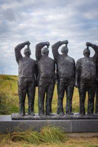 Beeld Maatjes met haring happende mannen in Katwijk