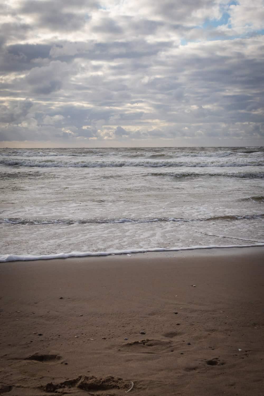 Het strand van Katwijk: branding met opkomende zee
